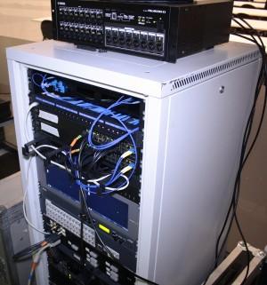 In una delle sale regia, il rack con i sistemi di distribuzione AV e la Rio1608-D