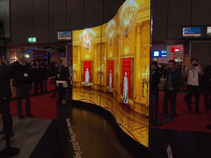 Un video wall LG OLED a pannelli curvi